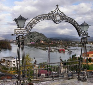 "Szkodra<br><span class=""cc-link""><a href=""http://www.flickr.com/photos/syri_pz/5357744190/"" target=""_blank"">Autor:Syri Ramadani</a><a href='http://creativecommons.org/licences/by-nd/3.0'>&nbsp;<img class=""cc-icon"" src=""mods/_img/cc_by_nd-small.png""></a></a></span>"