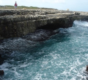 "Formacje skalne Devil's Bridge<br><span class=""cc-link""><a href=""http://commons.wikimedia.org/wiki/File:Devils_Bridge_-_Antigua.jpg"" target=""_blank"">Autor:Tom Henningan</a><a href='http://creativecommons.org/licences/by-sa/3.0'>&nbsp;<img class=""cc-icon"" src=""mods/_img/cc_by_sa-small.png""></a></a></span>"