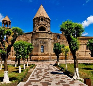 """Katedra w Eczmiadzynie<br><span class=""""cc-link""""><a href=""""http://commons.wikimedia.org/wiki/File:Ejmiadzin_Cathedral3.jpg"""" target=""""_blank"""">Autor:Vigen Hakhverdyan</a><a href='http://creativecommons.org/licences/by-sa/3.0'>&nbsp;<img class=""""cc-icon"""" src=""""mods/_img/cc_by_sa-small.png""""></a></a></span>"""
