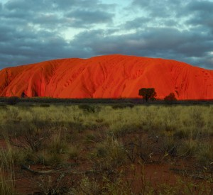 "Słynna skała Uluru<br><span class=""cc-link""><a href=""http://www.flickr.com/photos/richardfisher/3114503461/"" target=""_blank"">Autor:Richard Fisher</a><a href='http://creativecommons.org/licences/by/3.0'> <img class=""cc-icon"" src=""mods/_img/cc_by-small.png""></a></a></span>"