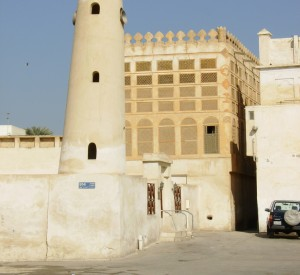 "Muharraq<br><span class=""cc-link""><a href=""http://www.flickr.com/photos/fuzzytnth3/2260246349/"" target=""_blank"">Autor:Graeme</a><a href='http://creativecommons.org/licences/by-sa/3.0'> <img class=""cc-icon"" src=""mods/_img/cc_by_sa-small.png""></a></a></span>"