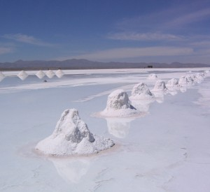 "Salar de Uyuni<br><span class=""cc-link""><a href=""http://www.flickr.com/photos/philliecasablanca/2051891643/"" target=""_blank"">Autor:Phil Whitehouse</a><a href='http://creativecommons.org/licences/by/3.0'>&nbsp;<img class=""cc-icon"" src=""mods/_img/cc_by-small.png""></a></a></span>"