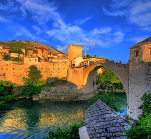 "Mostar<br><span class=""cc-link""><a href=""http://www.flickr.com/photos/kevinbotto/3884651449/"" target=""_blank"">Autor:Kevin Botto</a><a href='http://creativecommons.org/licences/by-nd/3.0'> <img class=""cc-icon"" src=""mods/_img/cc_by_nd-small.png""></a></a></span>"