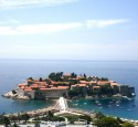 """<span class='dscr'>Sveti Stefan</span><br><span class=""""cc-link""""><a href=""""http://www.flickr.com/photos/richardmichaelshaw/4875628131/"""" target=""""_blank"""">Autor:Richard Shaw</a><a href='http://creativecommons.org/licences/by/3.0'>&nbsp;<img class=""""cc-icon"""" src=""""mods/_img/cc_by-small.png""""></a></a></span>"""