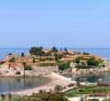 """<span class='dscr'>Sveti Stefan</span><br><span class=""""cc-link""""><a href=""""http://www.flickr.com/photos/montenegro_milacic/206508853/"""" target=""""_blank"""">Autor:Milachich</a><a href='http://creativecommons.org/licences/by-nd/3.0'>&nbsp;<img class=""""cc-icon"""" src=""""mods/_img/cc_by_nd-small.png""""></a></a></span>"""