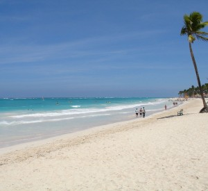 "Plaża Bavaro, Punta Cana<br><span class=""cc-link""><a href=""http://commons.wikimedia.org/wiki/File:Playa_Bavaro.JPG"" target=""_blank"">Autor:Andreas Volkmer</a><a href='http://creativecommons.org/licences/by-sa/3.0'> <img class=""cc-icon"" src=""mods/_img/cc_by_sa-small.png""></a></a></span>"