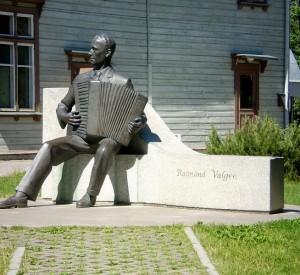 "Pomnik Raimonda Valgre, estońskiego kompozytora i muzyka<br><span class=""cc-link""><a href=""http://www.flickr.com/photos/tm-tm/2630110253/"" target=""_blank"">Autor:Tony Bowden</a><a href='http://creativecommons.org/licences/by-sa/3.0'>&nbsp;<img class=""cc-icon"" src=""mods/_img/cc_by_sa-small.png""></a></a></span>"