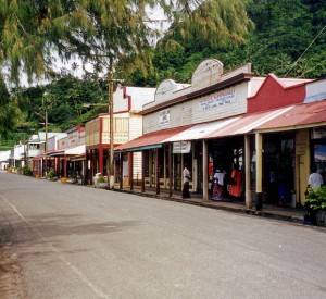 "Levuka<br><span class=""cc-link""><a href=""http://commons.wikimedia.org/wiki/File:BeachStreetLevuka.jpg"" target=""_blank"">Autor:Merbabu</a><a href='http://creativecommons.org/licences/by-sa/3.0'> <img class=""cc-icon"" src=""mods/_img/cc_by_sa-small.png""></a></a></span>"