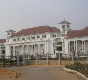 "Akra<br><span class=""cc-link""><a href=""http://commons.wikimedia.org/wiki/File:Ghana_Supreme_Court_Accra.jpg"" target=""_blank"">Autor:Aripeskoe</a><a href='http://creativecommons.org/licences/by/3.0'> <img class=""cc-icon"" src=""mods/_img/cc_by-small.png""></a></a></span>"