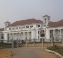 "<span class='dscr'>Akra</span><br><span class=""cc-link""><a href=""http://commons.wikimedia.org/wiki/File:Ghana_Supreme_Court_Accra.jpg"" target=""_blank"">Autor:Aripeskoe</a><a href='http://creativecommons.org/licences/by/3.0'>&nbsp;<img class=""cc-icon"" src=""mods/_img/cc_by-small.png""></a></a></span>"