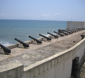 "Cape Coast Castle w Ghanie<br><span class=""cc-link""><a href=""http://www.flickr.com/photos/bootsnall/5205405748/"" target=""_blank"">Autor:John and Clare CA</a><a href='http://creativecommons.org/licences/by/3.0'> <img class=""cc-icon"" src=""mods/_img/cc_by-small.png""></a></a></span>"
