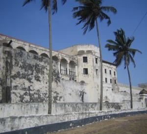 "Cape Coast Castle w Ghanie<br><span class=""cc-link""><a href=""http://www.flickr.com/photos/bootsnall/5205423274/"" target=""_blank"">Autor:John and Clare CA</a><a href='http://creativecommons.org/licences/by/3.0'> <img class=""cc-icon"" src=""mods/_img/cc_by-small.png""></a></a></span>"