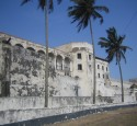 "<span class='dscr'>Cape Coast Castle w Ghanie</span><br><span class=""cc-link""><a href=""http://www.flickr.com/photos/bootsnall/5205423274/"" target=""_blank"">Autor:John and Clare CA</a><a href='http://creativecommons.org/licences/by/3.0'>&nbsp;<img class=""cc-icon"" src=""mods/_img/cc_by-small.png""></a></a></span>"