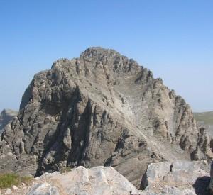 """Widok na główny wierzchołek Olimpu, Mytikas, z sąsiedniego szczytu<br><span class=""""cc-link"""">Autor: Jan Ignacy Czempiński</span>"""