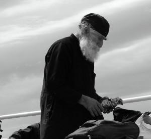 """Mnich sprzedający dewocjonalia na promie z Ouranopolis<br><span class=""""cc-link"""">Autor: Jan Ignacy Czempiński</span>"""