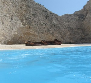"Plaża Navagio na wyspie Zakynthos<br><span class=""cc-link""><a href=""http://commons.wikimedia.org/wiki/File:Navagio_Beach_and_Shipwreck_of_the_Panagiotis_at_'Smugglers_Cove'_Zakynthos.JPG"" target=""_blank"">Autor:Badgernet</a><a href='http://creativecommons.org/licences/by-sa/3.0'> <img class=""cc-icon"" src=""mods/_img/cc_by_sa-small.png""></a></a></span>"