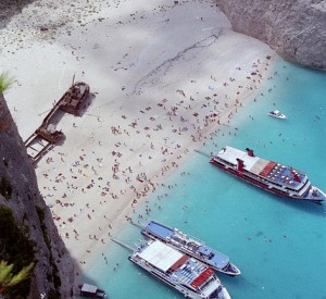 "Plaża Navagio na wyspie Zakynthos<br><span class=""cc-link""><a href=""http://www.flickr.com/photos/panayotis/86811625/"" target=""_blank"">Autor:Panayotis</a><a href='http://creativecommons.org/licences/by-sa/3.0'> <img class=""cc-icon"" src=""mods/_img/cc_by_sa-small.png""></a></a></span>"