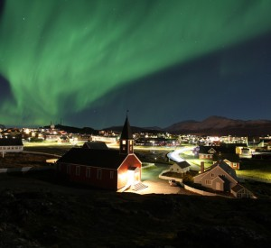 "Zorza polarna nad Nuuk<br><span class=""cc-link""><a href=""http://www.flickr.com/photos/ilovegreenland/5663845097/"" target=""_blank"">Autor:Visit Greenland</a><a href='http://creativecommons.org/licences/by/3.0'> <img class=""cc-icon"" src=""mods/_img/cc_by-small.png""></a></a></span>"