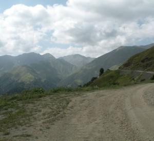 """Jedyna droga prowadząca do Tuszetii<br><span class=""""cc-link"""">Autor: Jan Ignacy Czempiński</span>"""