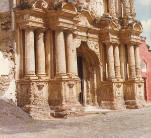 """Anitgua<br><span class=""""cc-link""""><a href=""""http://commons.wikimedia.org/wiki/File:AntiguaColonialChurchFascade.jpg"""" target=""""_blank"""">Autor:Infrogmation</a><a href='http://creativecommons.org/licences/by-sa/3.0'><img class=""""cc-icon"""" src=""""mods/_img/cc_by_sa-small.png""""></a></a></span>"""