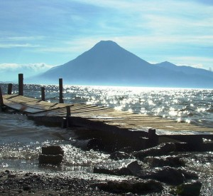 """Jezioro Atitlan<br><span class=""""cc-link""""><a href=""""http://www.flickr.com/photos/bombarosa/2110980612/"""" target=""""_blank"""">Autor:Bomba Rosa</a><a href='http://creativecommons.org/licences/by-nd/3.0'><img class=""""cc-icon"""" src=""""mods/_img/cc_by_nd-small.png""""></a></a></span>"""