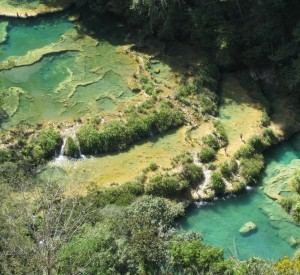 """Semuc Champey<br><span class=""""cc-link""""><a href=""""http://www.flickr.com/photos/dancingnomad3/3360467593/"""" target=""""_blank"""">Autor:Dancing Nomad</a><a href='http://creativecommons.org/licences/by-nd/3.0'><img class=""""cc-icon"""" src=""""mods/_img/cc_by_nd-small.png""""></a></a></span>"""