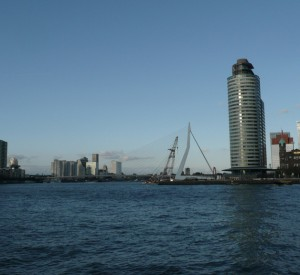 "Rotterdam<br><span class=""cc-link""><a href=""http://www.flickr.com/photos/gray_um/3993567528/"" target=""_blank"">Autor:Graham van der Wielen</a><a href='http://creativecommons.org/licences/by/3.0'> <img class=""cc-icon"" src=""mods/_img/cc_by-small.png""></a></a></span>"