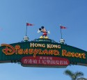 <span class='dscr'>Brama Disneyland&#039;u w Hong Kongu</span>&lt;br&gt;&lt;span class=&quot;cc-link&quot;&gt;&lt;a href=&quot;http://www.flickr.com/photos/frikitiki/2728734437/&quot; target=&quot;_blank&quot;&gt;Autor:Joel&lt;/a&gt;&lt;a href=&#039;http://creativecommons.org/licences/by-nd/3.0&#039;&gt;&amp;nbsp;&lt;img class=&quot;cc-icon&quot; src=&quot;mods/_img/cc_by_nd-small.png&quot;&gt;&lt;/a&gt;&lt;/a&gt;&lt;/span&gt;