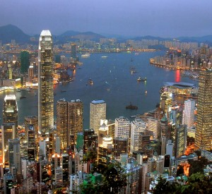 "Hong Kong widziany ze wzgórza The Peak<br><span class=""cc-link""><a href=""http://www.flickr.com/photos/franck-chilli/6426845893/"" target=""_blank"">Autor:Frank Muler</a><a href='http://creativecommons.org/licences/by-sa/3.0'> <img class=""cc-icon"" src=""mods/_img/cc_by_sa-small.png""></a></a></span>"