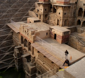 "Chand Baori<br><span class=""cc-link""><a href=""http://www.flickr.com/photos/sitomon/7338321318/"" target=""_blank"">Autor:Sitomon Ramon</a><a href='http://creativecommons.org/licences/by-sa/3.0'> <img class=""cc-icon"" src=""mods/_img/cc_by_sa-small.png""></a></a></span>"