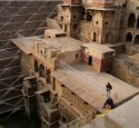 <span class='dscr'>Chand Baori</span>&lt;br&gt;&lt;span class=&quot;cc-link&quot;&gt;&lt;a href=&quot;http://www.flickr.com/photos/sitomon/7338321318/&quot; target=&quot;_blank&quot;&gt;Autor:Sitomon Ramon&lt;/a&gt;&lt;a href=&#039;http://creativecommons.org/licences/by-sa/3.0&#039;&gt;&amp;nbsp;&lt;img class=&quot;cc-icon&quot; src=&quot;mods/_img/cc_by_sa-small.png&quot;&gt;&lt;/a&gt;&lt;/a&gt;&lt;/span&gt;