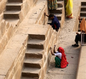 "Chand Baori<br><span class=""cc-link""><a href=""http://www.flickr.com/photos/sitomon/7338373840/"" target=""_blank"">Autor:Sitomon Ramon</a><a href='http://creativecommons.org/licences/by-sa/3.0'> <img class=""cc-icon"" src=""mods/_img/cc_by_sa-small.png""></a></a></span>"