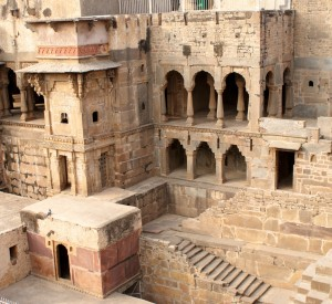 "Chand Baori<br><span class=""cc-link""><a href=""http://www.flickr.com/photos/sitomon/7338323886/"" target=""_blank"">Autor:Sitomon Ramon</a><a href='http://creativecommons.org/licences/by-sa/3.0'> <img class=""cc-icon"" src=""mods/_img/cc_by_sa-small.png""></a></a></span>"