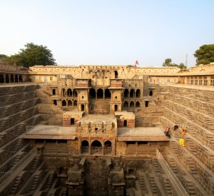"Chand Baori<br><span class=""cc-link""><a href=""http://www.flickr.com/photos/sitomon/7338352654/"" target=""_blank"">Autor:Sitomo Ramon</a><a href='http://creativecommons.org/licences/by-sa/3.0'> <img class=""cc-icon"" src=""mods/_img/cc_by_sa-small.png""></a></a></span>"