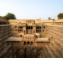 <span class='dscr'>Chand Baori</span>&lt;br&gt;&lt;span class=&quot;cc-link&quot;&gt;&lt;a href=&quot;http://www.flickr.com/photos/sitomon/7338352654/&quot; target=&quot;_blank&quot;&gt;Autor:Sitomo Ramon&lt;/a&gt;&lt;a href=&#039;http://creativecommons.org/licences/by-sa/3.0&#039;&gt;&amp;nbsp;&lt;img class=&quot;cc-icon&quot; src=&quot;mods/_img/cc_by_sa-small.png&quot;&gt;&lt;/a&gt;&lt;/a&gt;&lt;/span&gt;