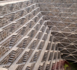 "Chand Baori<br><span class=""cc-link""><a href=""http://www.flickr.com/photos/sitomon/7338326518/"" target=""_blank"">Autor:Sitomon Ramon</a><a href='http://creativecommons.org/licences/by-sa/3.0'> <img class=""cc-icon"" src=""mods/_img/cc_by_sa-small.png""></a></a></span>"