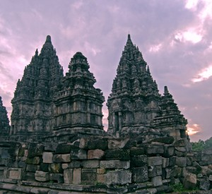 """Prambanan<br><span class=""""cc-link""""><a href=""""http://www.flickr.com/photos/rnugraha/2427147093/"""" target=""""_blank"""">Autor:Riza Nugraha</a><a href='http://creativecommons.org/licences/by/3.0'><img class=""""cc-icon"""" src=""""mods/_img/cc_by-small.png""""></a></a></span>"""