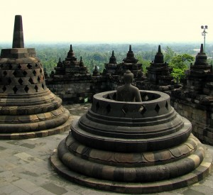 """Borobodur<br><span class=""""cc-link""""><a href=""""http://www.flickr.com/photos/soham_pablo/2363730790/"""" target=""""_blank"""">Autor:Soham Banerjee</a><a href='http://creativecommons.org/licences/by/3.0'><img class=""""cc-icon"""" src=""""mods/_img/cc_by-small.png""""></a></a></span>"""