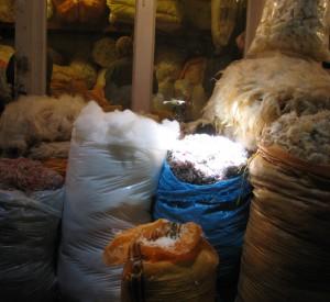 "Worki z włóknami do wyrabiania dywanów na bazarze w Tabriz<br><span class=""cc-link""><a href=""http://www.flickr.com/photos/elishka/905326618/"" target=""_blank"">Autor:elishka</a><a href='http://creativecommons.org/licences/by-sa/3.0'><img class=""cc-icon"" src=""mods/_img/cc_by_sa-small.png""></a></a></span>"