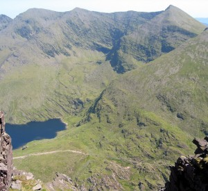"Carrantuohill<br><span class=""cc-link""><a href=""http://www.flickr.com/photos/johnbrennan/191585290/"" target=""_blank"">Autor:John Brennan</a><a href='http://creativecommons.org/licences/by-nd/3.0'> <img class=""cc-icon"" src=""mods/_img/cc_by_nd-small.png""></a></a></span>"