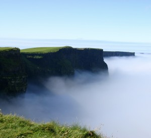 "Klify Moher<br><span class=""cc-link""><a href=""http://www.flickr.com/photos/quelgar/83763441/"" target=""_blank"">Autor:Lachlan O'Dea</a><a href='http://creativecommons.org/licences/by-sa/3.0'> <img class=""cc-icon"" src=""mods/_img/cc_by_sa-small.png""></a></a></span>"