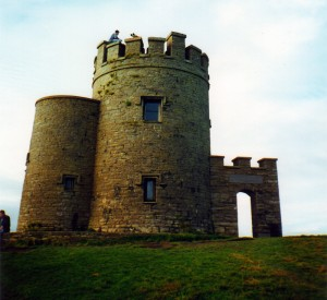 "O'Brian's Tower to doskonały punkt widokowy!<br><span class=""cc-link""><a href=""http://www.flickr.com/photos/pleeker/112351219/"" target=""_blank"">Autor:Mat McGee</a><a href='http://creativecommons.org/licences/by-nd/3.0'>&nbsp;<img class=""cc-icon"" src=""mods/_img/cc_by_nd-small.png""></a></a></span>"