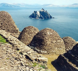 "Skellig Michael<br><span class=""cc-link""><a href=""http://www.flickr.com/photos/azwegers/6214838436/"" target=""_blank"">Autor:Arian Zwegers</a><a href='http://creativecommons.org/licences/by/3.0'>&nbsp;<img class=""cc-icon"" src=""mods/_img/cc_by-small.png""></a></a></span>"