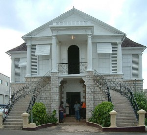 "Budynek sądu w Mandeville<br><span class=""cc-link"">Autor: Op.Deo</span>"