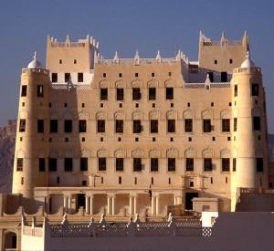 "Pałac sułtana Al Kathiri w Seiyun (Say'un), wybudowany w 1920 r.<br><span class=""cc-link""><a href=""http://commons.wikimedia.org/wiki/File:Sultan_Al_Kathiri_Palace_Seiyun_Yemen.jpg"" target=""_blank"">Autor:JialiangGao</a><a href='http://creativecommons.org/licences/by-sa/3.0'>&nbsp;<img class=""cc-icon"" src=""mods/_img/cc_by_sa-small.png""></a></a></span>"