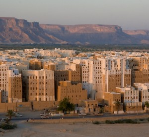 "Wadi Hadramawt<br><span class=""cc-link""><a href=""http://www.flickr.com/photos/kurvenalbn/2271829554/"" target=""_blank"">Autor:kurvenalbn</a><a href='http://creativecommons.org/licences/by-nd/3.0'> <img class=""cc-icon"" src=""mods/_img/cc_by_nd-small.png""></a></a></span>"
