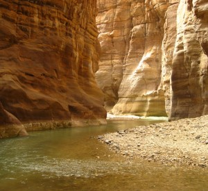 "Wadi- al- Mudżib<br><span class=""cc-link""><a href=""http://commons.wikimedia.org/wiki/File:WadiMujib-Canyon.jpg"" target=""_blank"">Autor:YousefTOmar</a><a href='http://creativecommons.org/licences/by-sa/3.0'> <img class=""cc-icon"" src=""mods/_img/cc_by_sa-small.png""></a></a></span>"