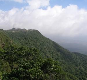 """Porośnięte tropikalną roślinnością wzgórza parku narodowego Preah Monivong, otaczającego stację Bokor<br><span class=""""cc-link""""><a href=""""http://www.flickr.com/photos/benecee/3027051954/"""" target=""""_blank"""">Autor:Benecee</a><a href='http://creativecommons.org/licences/by/3.0'>&nbsp;<img class=""""cc-icon"""" src=""""mods/_img/cc_by-small.png""""></a></a></span>"""