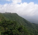 """<span class='dscr'>Porośnięte tropikalną roślinnością wzgórza parku narodowego Preah Monivong, otaczającego stację Bokor</span><br><span class=""""cc-link""""><a href=""""http://www.flickr.com/photos/benecee/3027051954/"""" target=""""_blank"""">Autor:Benecee</a><a href='http://creativecommons.org/licences/by/3.0'>&nbsp;<img class=""""cc-icon"""" src=""""mods/_img/cc_by-small.png""""></a></a></span>"""
