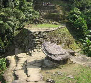 "Ciudad Perdida<br><span class=""cc-link""><a href=""http://commons.wikimedia.org/wiki/File:YAEL_PHOTOS_898.jpg"" target=""_blank"">Autor:Wanderingstan</a><a href='http://creativecommons.org/licences/by-sa/3.0'> <img class=""cc-icon"" src=""mods/_img/cc_by_sa-small.png""></a></a></span>"